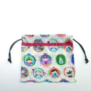 Bolsita de merienda realizada en tela de algodón ideal para guarderías o colegios. Estampado cortesano.