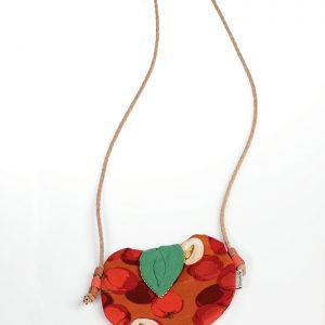 bolsito de niña con forma de manzana y color rojo muy otoñal
