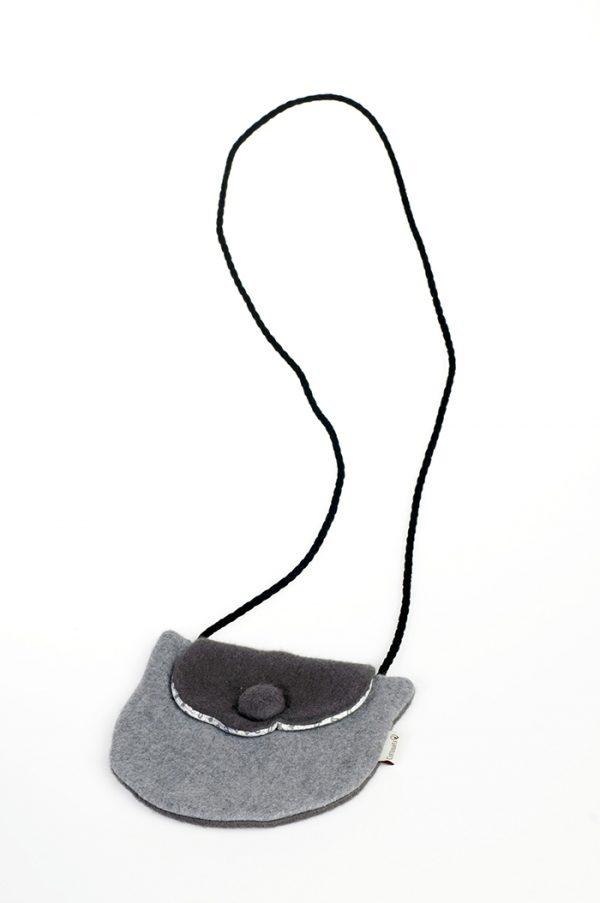 bolsito de niña con forma de gato y tejido de paño gris.