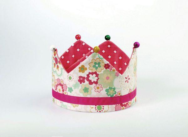Alegre corona infantil para regalar a la anfitriona de una fiesta