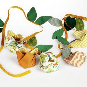 Guirnalda de tela en forma de tulipanes naranjas y estampados con hojas verdes