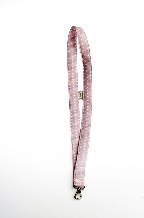 Complemento diseñado para llevar las llaves de un modo muy práctico pudiendo colgar como un collar. Estampado juvenil