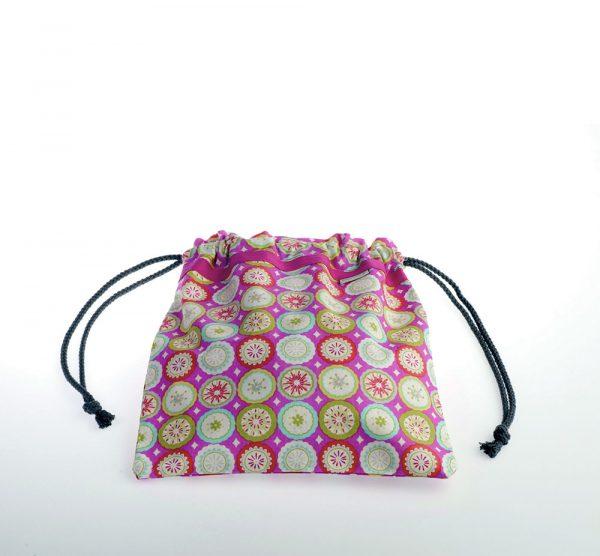 Bolsita de merienda realizada en tela de algodón ideal para guarderías o colegios. Estampado con predominante rosa.
