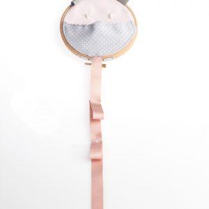 organizador de clips de pelo en forma de oso de color gris y rosa