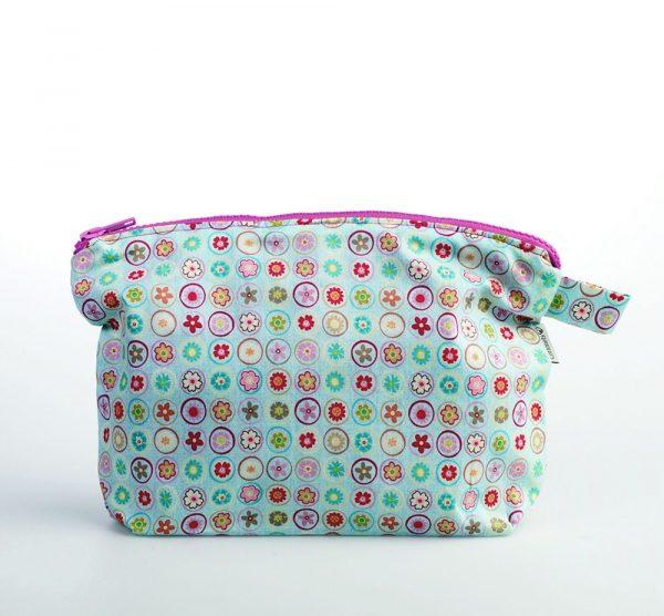 Bonito neceser para llevar en una sola bolsa las toallitas y los pañales del bebé.