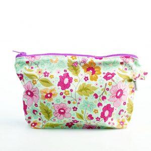 Neceser de estampado floral para llevar en una sola bolsa las toallitas y los pañales del bebé.
