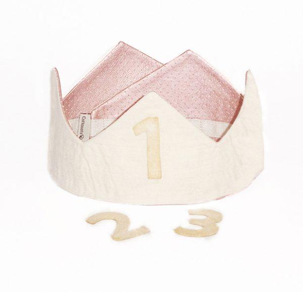 Corona que combina lino natural con tela metalizada de un rosa pastel