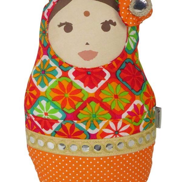 Esta muñeca está realizada con materiales procedentes de lejanas tierras de la India