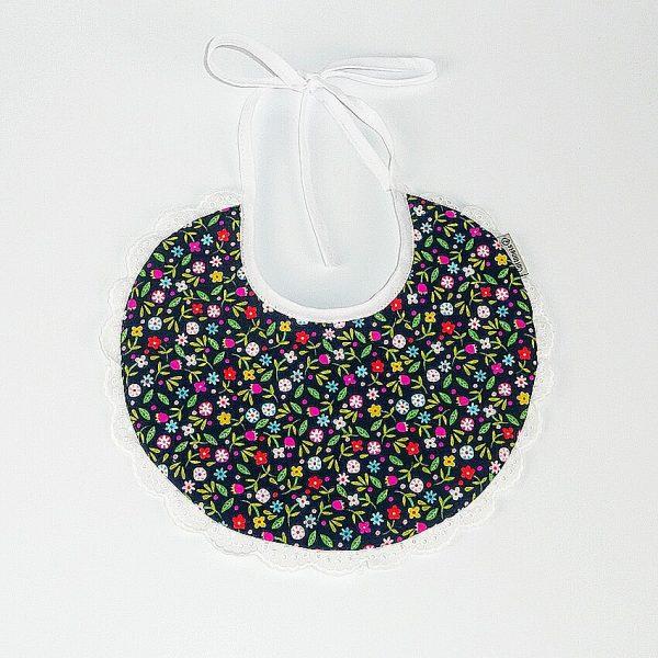 Babero de flores con puntilla blanca