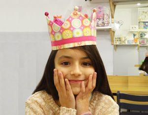 niña con su corona