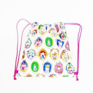 Una mochila cortesana, repleta de personajes de la Corte
